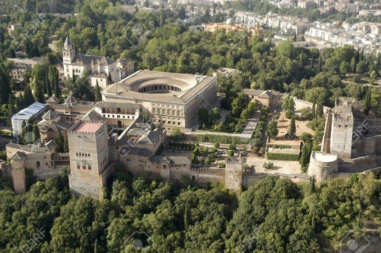9584640-vue-a-rienne-de-l-alhambra-et-le-palais-de-charles-quint-grenade-banque-dimages
