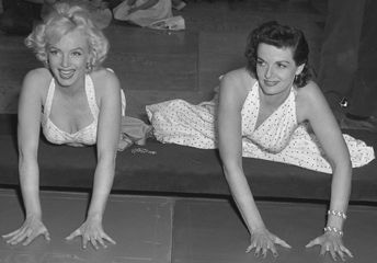 marilyn_monroe_and_jane_russell_at_chinese_theater_3